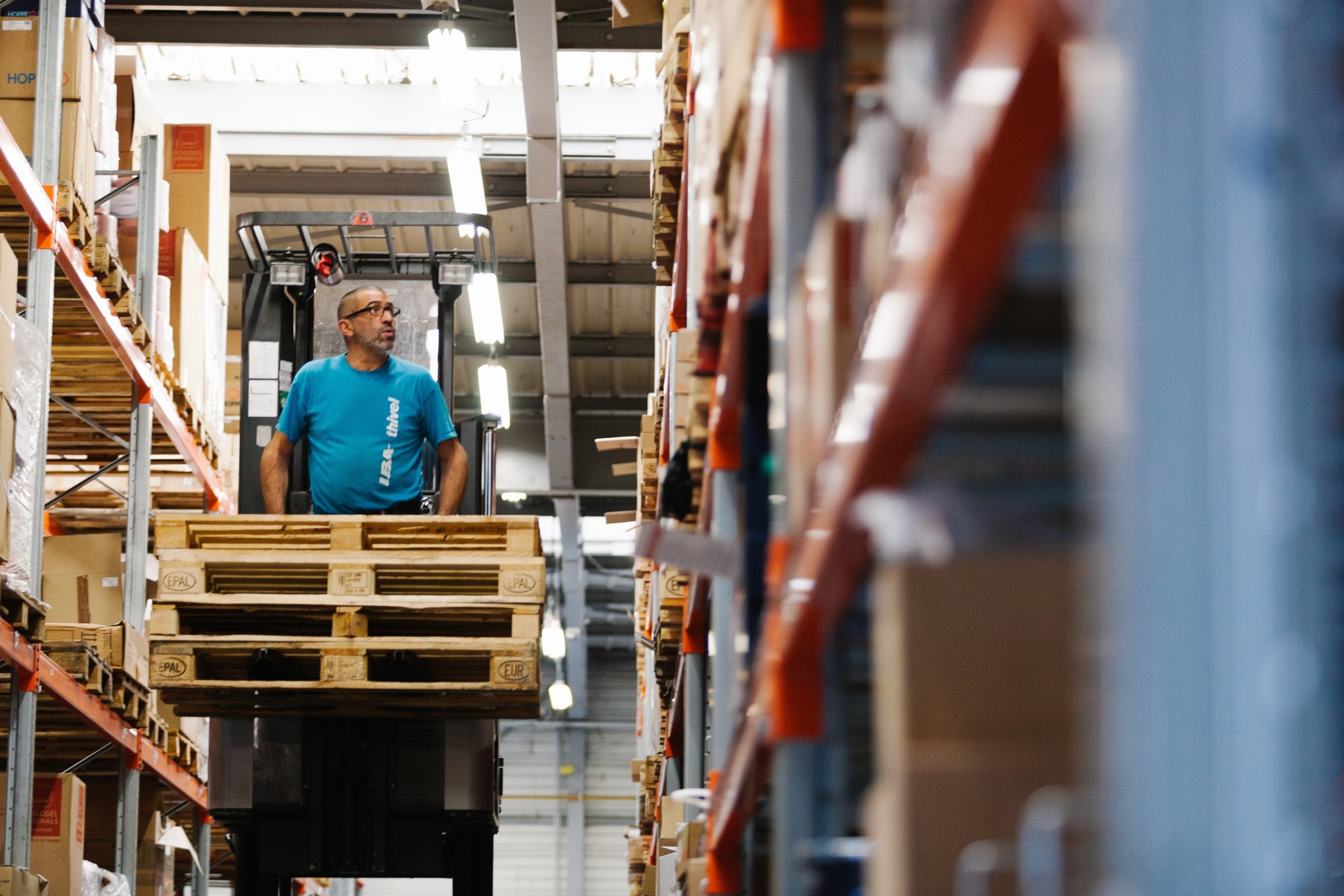 forklift-working-shelves-pallets-one_t20_nooNv6